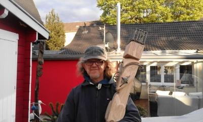 Hermann Knepper mit rotem Holz